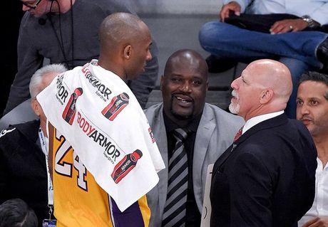 Kobe Bryant ghi 60 diem trong tran chia tay su nghiep - Anh 11