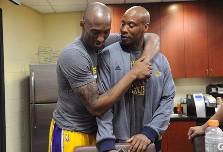 Kobe Bryant ghi 60 diem trong tran chia tay su nghiep - Anh 14