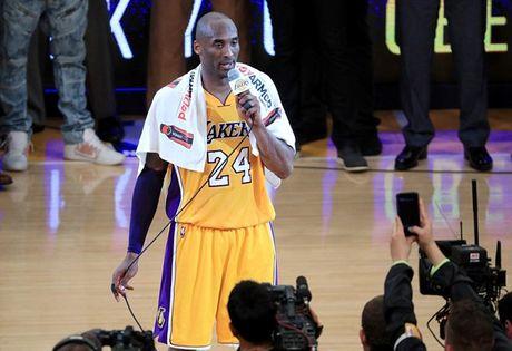 Kobe Bryant ghi 60 diem trong tran chia tay su nghiep - Anh 15