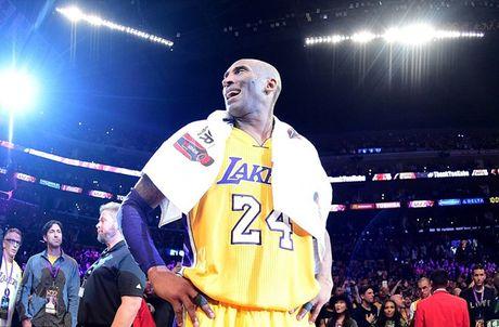 Kobe Bryant ghi 60 diem trong tran chia tay su nghiep - Anh 1
