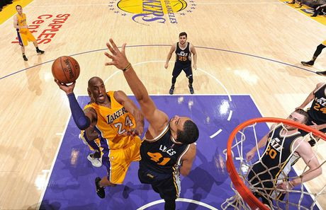 Kobe Bryant ghi 60 diem trong tran chia tay su nghiep - Anh 3