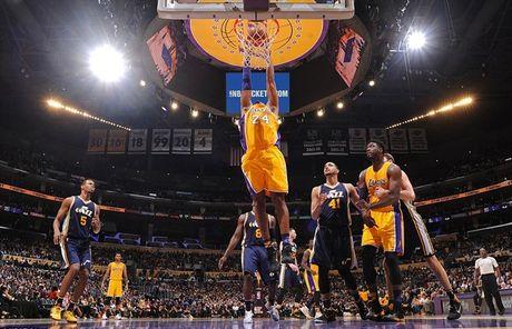 Kobe Bryant ghi 60 diem trong tran chia tay su nghiep - Anh 4