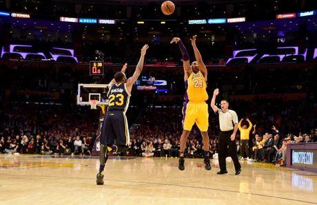 Kobe Bryant ghi 60 diem trong tran chia tay su nghiep - Anh 5