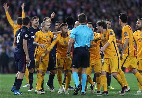Barcelona bi tu choi penalty, dung hay sai? - Anh 1