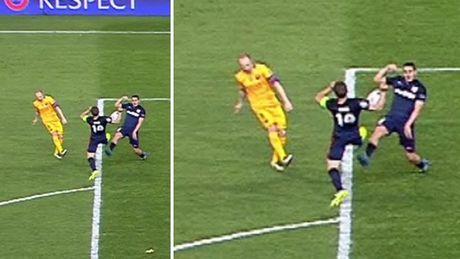 Barcelona bi tu choi penalty, dung hay sai? - Anh 2