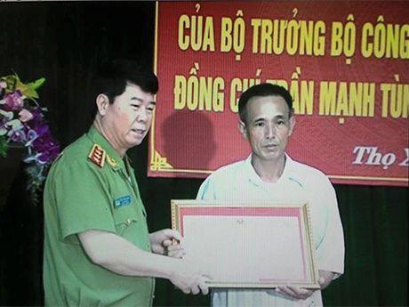 Bo Cong an truy tang bang khen cho Pho truong CA xa tu vong khi giai quyet vu xo xat - Anh 1