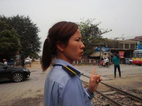 Nhan vien gac chan ke lai phut hy huu: Tau hoa nhuong duong xe may - Anh 2