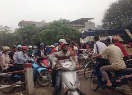 Lai tau hoa nhuong duong cho xe may: Tinh huong het suc nguy cap! - Anh 1