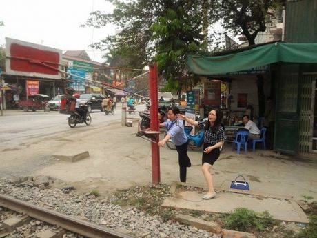 Lai tau hoa nhuong duong cho xe may: Tinh huong het suc nguy cap! - Anh 2