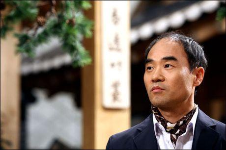 """Trung tuong Yoon """"Hau due mat troi"""": Nguoi cha thang benh tat vi con - Anh 5"""