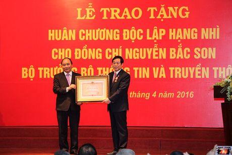 Nguyen Bo truong Bo TT&TT Nguyen Bac Son nhan Huan chuong Doc lap hang Nhi - Anh 1