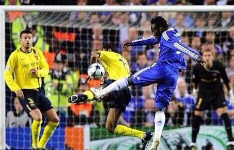 Barca mat penalty, fan goi lai nghi an Chelsea 2009 - Anh 3