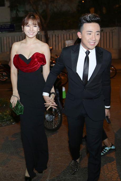 Tran Thanh nam chat tay Hari Won tai su kien - Anh 1