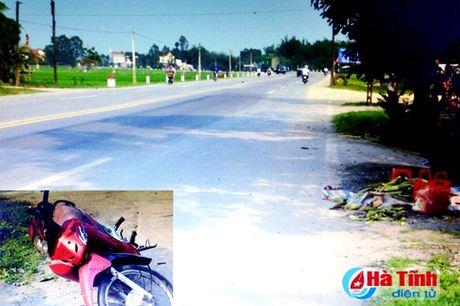 Thai phu bi xe may dam tu vong khi dang ban ngo ben duong - Anh 1