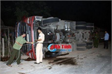 Thai phu bi xe may dam tu vong khi dang ban ngo ben duong - Anh 3