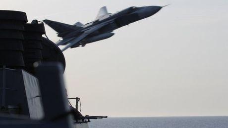 SU-24 cua Nga 'tan cong gia' ngay sat tau My nhieu lan - Anh 1