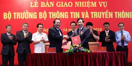 Bo truong Truong Minh Tuan tiep nhan ban giao Bo Thong tin va Truyen thong - Anh 1