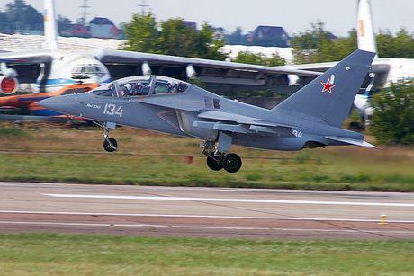 """Chiem nguong may bay huan luyen - tan cong """"2 trong 1"""" Yak-130 cua Nga - Anh 15"""