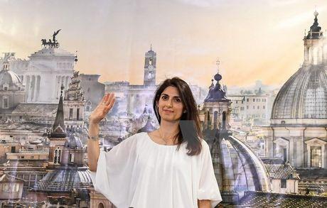 Italy: Voi so phieu ap dao, thu do Rome co nu thi truong dau tien - Anh 1