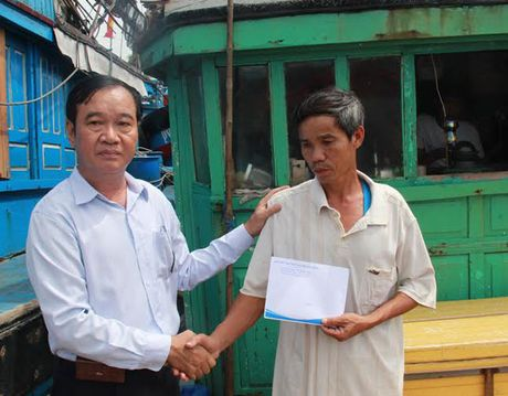 Quang Ngai: Trao ho tro cho tau ca bi Trung Quoc tong tai Hoang Sa - Anh 1