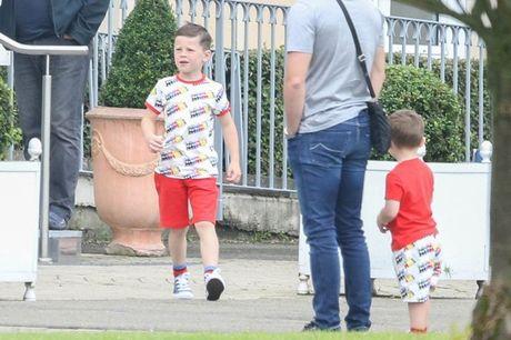 Rooney thue 'nha di dong' dua don bo me vo xem EURO - Anh 7