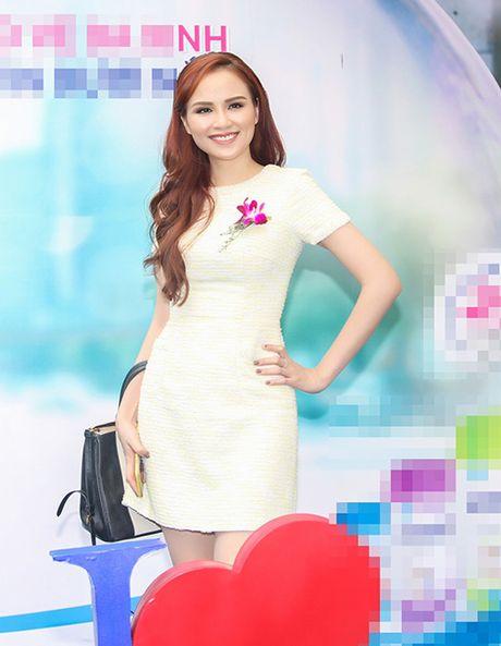 Hoa hau Diem Huong ket tay hinh trai tim voi Van Mai Huong - Anh 1