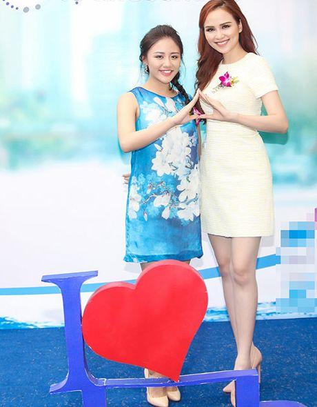 Hoa hau Diem Huong ket tay hinh trai tim voi Van Mai Huong - Anh 4