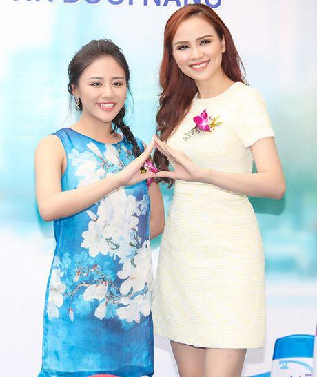 Hoa hau Diem Huong ket tay hinh trai tim voi Van Mai Huong - Anh 5