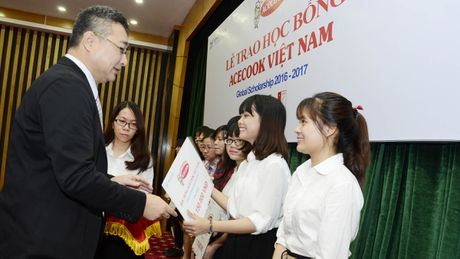 Acecook Viet Nam trao 60 suat hoc bong cho sinh vien - Anh 1