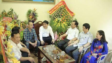 Bi thu Tinh uy Nghe An Nguyen Dac Vinh chuc mung bao Tien Phong - Anh 2