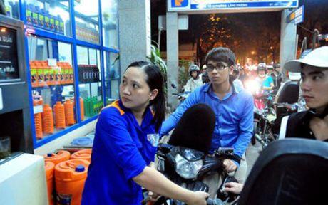 Xang giam 340 dong/lit, dau nhich len - Anh 1