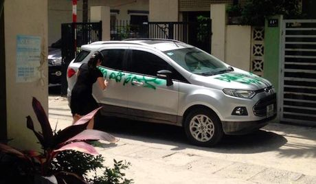 "Nguoi phu nu ""ve tranh"" len Ford Ecosport do chan cua - Anh 1"