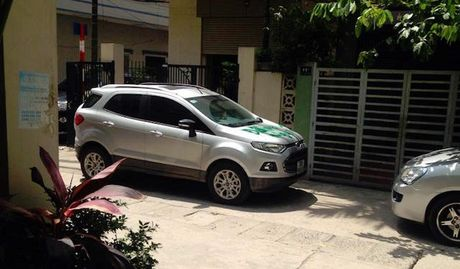 "Nguoi phu nu ""ve tranh"" len Ford Ecosport do chan cua - Anh 2"