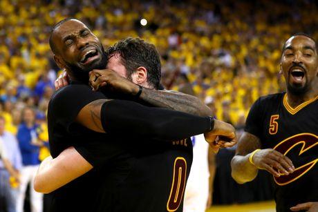 LeBron James oa khoc khi giup CAVs lan dau vo dich NBA - Anh 2