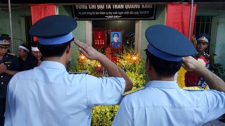 Con gai phi cong Khai ngac ngo ben linh cuu bo - Anh 15