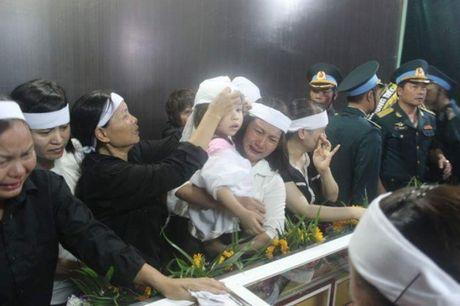 Con gai phi cong Khai ngac ngo ben linh cuu bo - Anh 1