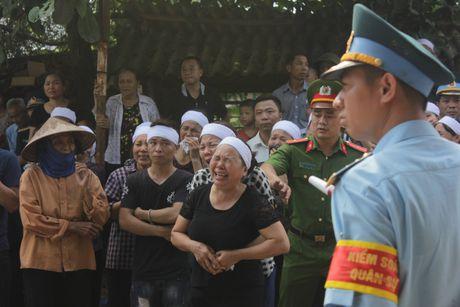 Con gai phi cong Khai ngac ngo ben linh cuu bo - Anh 3