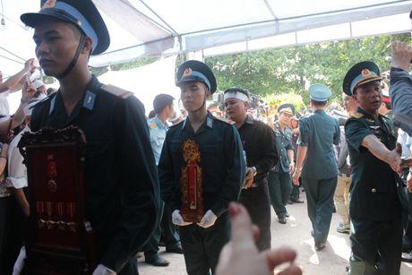 Con gai phi cong Khai ngac ngo ben linh cuu bo - Anh 7