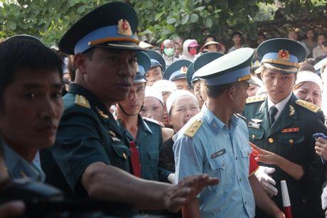 Con gai phi cong Khai ngac ngo ben linh cuu bo - Anh 8