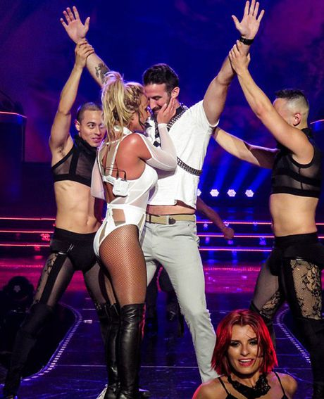 Ca sy Britney Spears dien loat do goi cam tren san khau - Anh 3