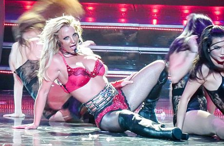 Ca sy Britney Spears dien loat do goi cam tren san khau - Anh 5