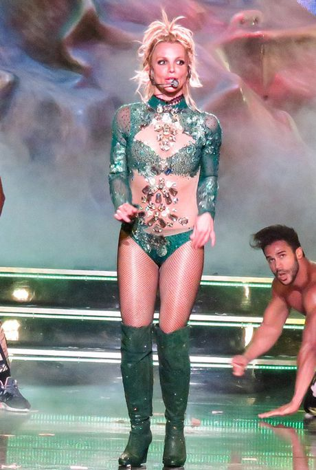 Ca sy Britney Spears dien loat do goi cam tren san khau - Anh 6