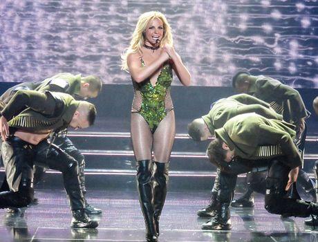Ca sy Britney Spears dien loat do goi cam tren san khau - Anh 7