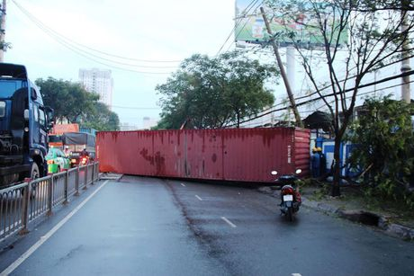 Xe container tong sap tuong cang Sai Gon, giao thong ket cung - Anh 1