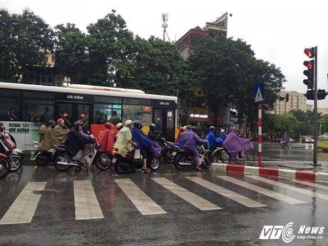 Tram kieu tranh mua cua nguoi Ha Noi trong dot khong khi lanh dau tien - Anh 1