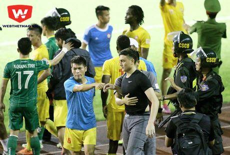 """Cau thu Hai Phong dinh """"tan"""" nhau sau tran thua Can Tho - Anh 1"""