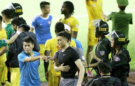Canh sat vat va can ngan cau thu Hai Phong 'tan' nhau - Anh 1