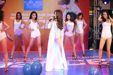 Hoang Thuy Linh hat nhay goi cam nao loan pho dong - Anh 3