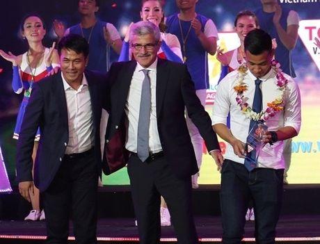 HLV Huu Thang to bi xuc pham, bo ve trong dem Gala tong ket V.League 2016 - Anh 1