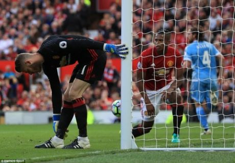 Sai lam cua De Gea, M.U hoa dang tiec truoc Stoke City - Anh 2